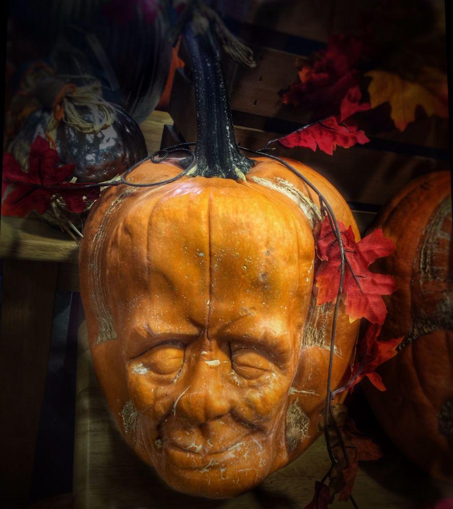 Zamyślona twarz z dyni