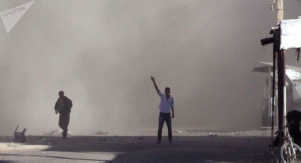 Skutki ostrzału rakietowego dzielnicy al-Kusur w mieście Dajr az-Zaur
