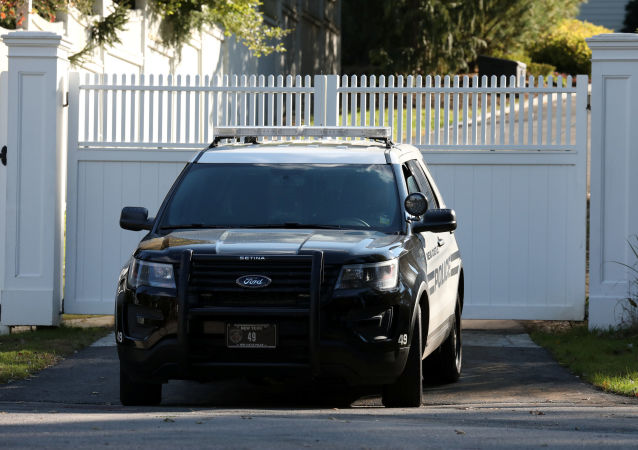 Samochód policyjny na podjeździe do domu Billa i Hillary Cliton na przedmieściach Nowego Jorku