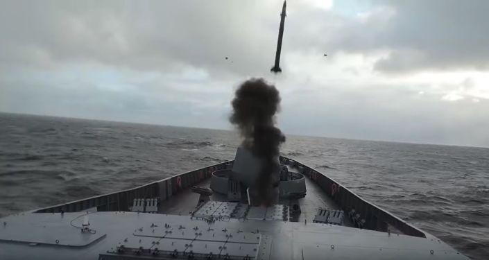"""Wystrzał rakiety z fregaty """"Admirał Gorszkow"""" na Morzu Barentsa"""