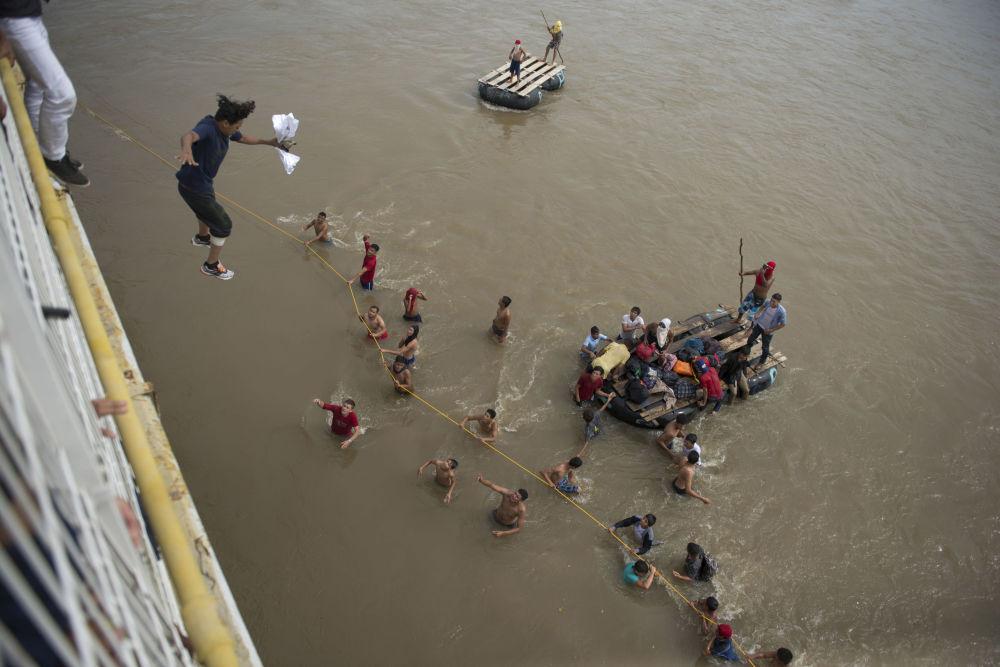 Gwatemala: Migranci, którzy nie chcą czekać na wizę do Meksyku, skaczą z mostu do rzeki.