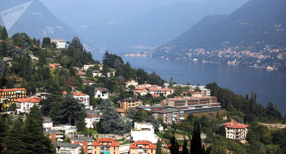 Widok na miasto Como i jezioro Como we włoskiej Lombardii