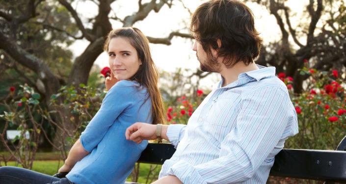 Dziewczyna i chłopak na ławce w parku