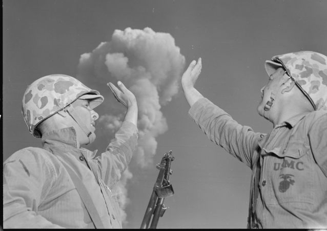 Amerykańscy żołnierze trzymają grzyb atomowy podczas ćwiczeń Desert IV, Nevada, 1952 r.