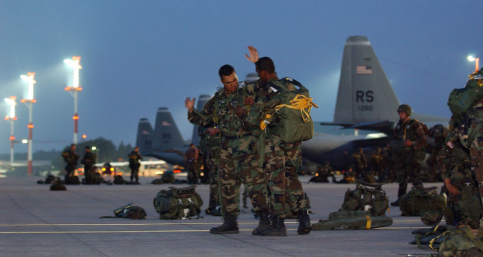Amerykańscy żołnierze obok samolotów C-130 Hercules