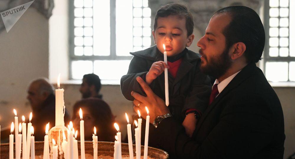 Wierni w czasie liturgii w prawosławnym kościele antiocheńskim w Damaszku