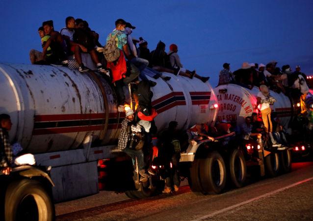 Karawana imigrantów z Ameryki Środkowej w drodze do granicy USA