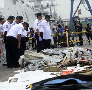 Ratownicy badają przedmioty z miejsca katastrofy samolotu pasażerskiego Boeing 737 linii lotniczych Lion Air u zachodniego wybrzeża Jawy
