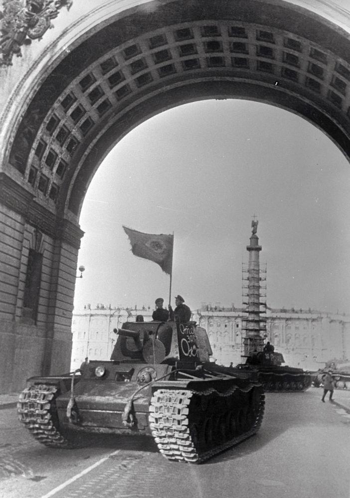 Czołgi wyruszają na front z Placu Dworcowego