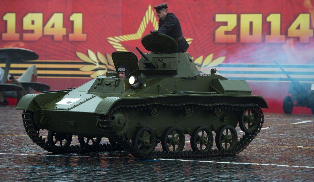 Radziecki lekki czołg rozpoznawczy T-60 podczas Defilady Zwycięstwa na Placu Czerwonym w Moskwie