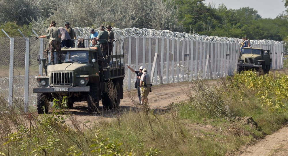 Węgierscy żołnierze budują ogrodzenie na granicy z Serbią