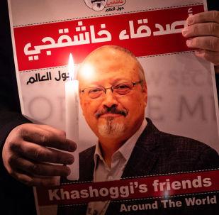 Uczestnik akcji ku pamięci saudyjskiego dziennikarza Dżamala Chaszodżdżiego pod budynkiem konsulatu Arabii Saudyjskiej w Stambule