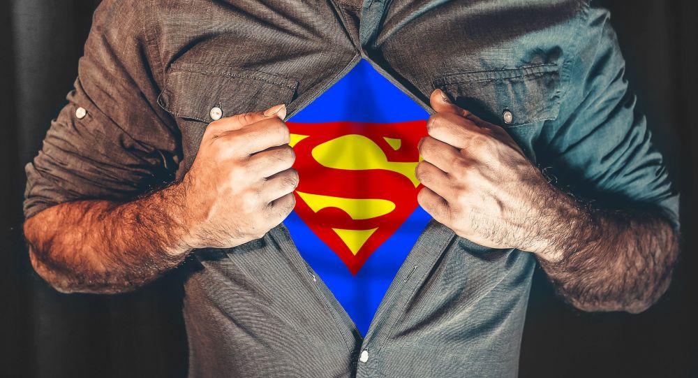 Mężczyzna w kostiumie Supermana