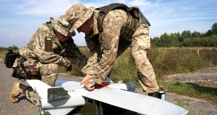 Ukraińscy żołnierze z dronem