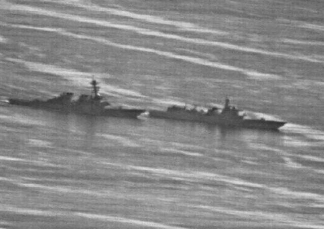 Amerykański niszczyciel Decatur i chiński okręt wojenny na Morzu Południowochińskim