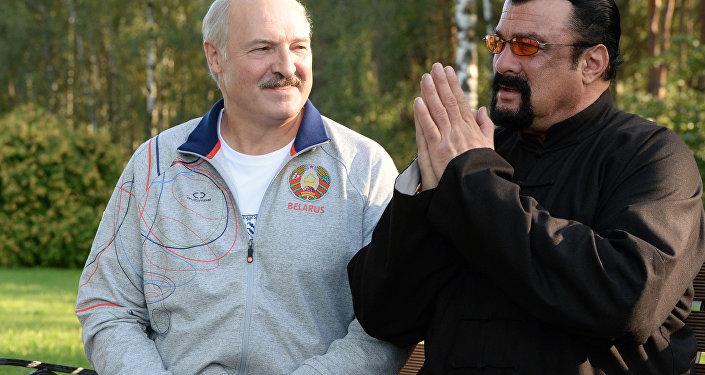 Prezydent Białorusi Aleksandr Łukaszenka i Steven Seagal