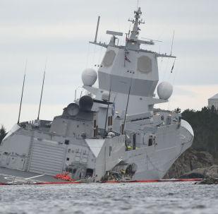 Norweska fregata KNM Helge Ingstad idzie na dno po zderzeniu z tankowcem Sola TS