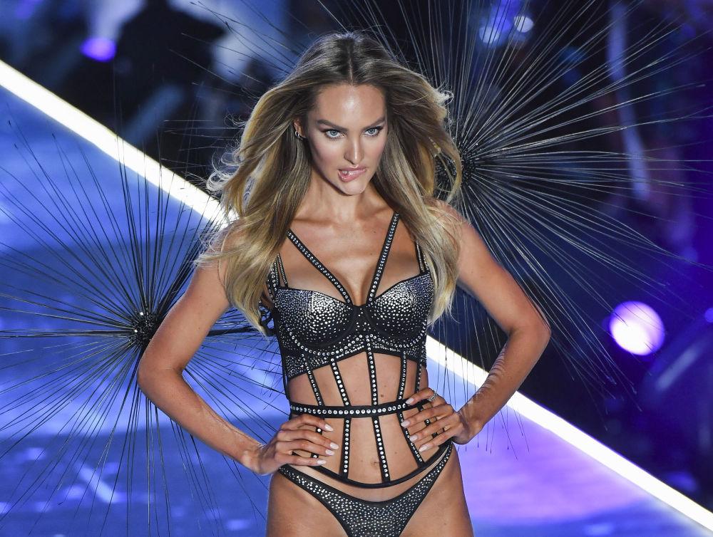 Modelka Candice Swanepoel na pokazie Victoria's Secret w Nowym Jorku