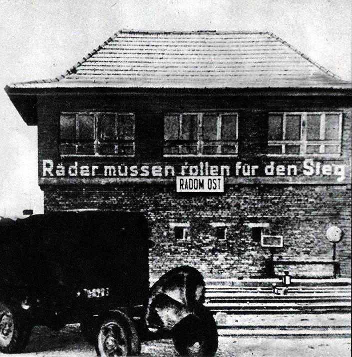 Nazistowski slogan w okupowanym przez Niemców Radomiu: Koła powinny obracać się do zwycięstwa
