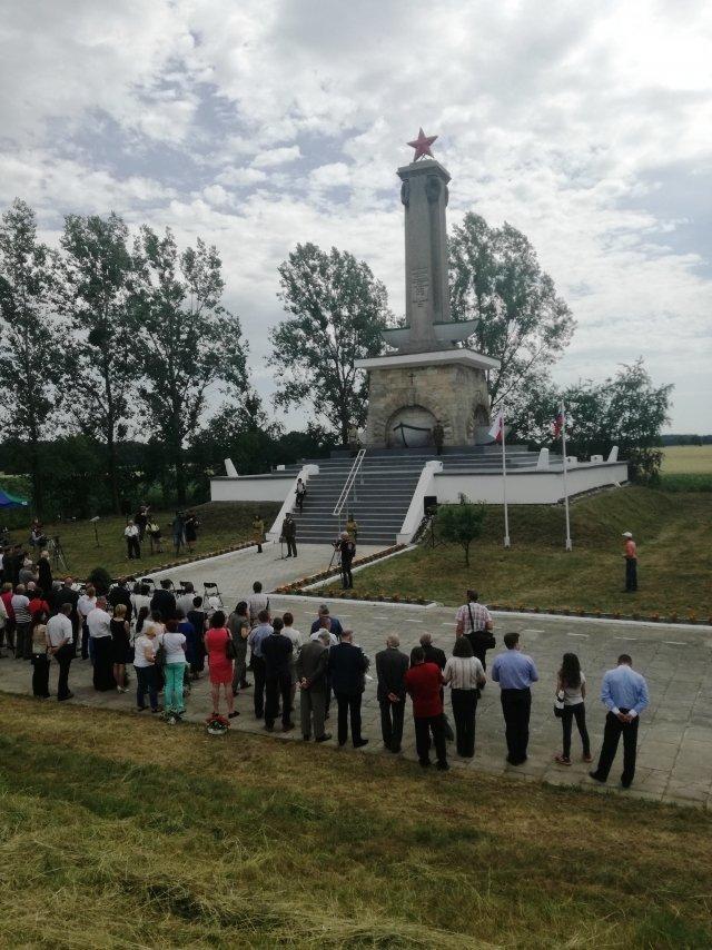 Uroczysta ceremonia otwarcia odrestaurowanego pomnika w Mikolinie