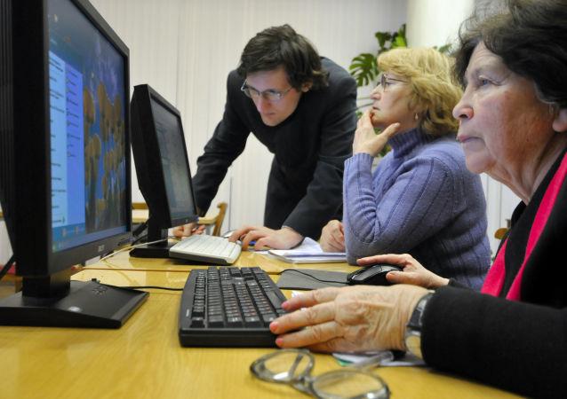 Emeryci opanowują podstawy znajomości obsługi komputera w Petersburgu