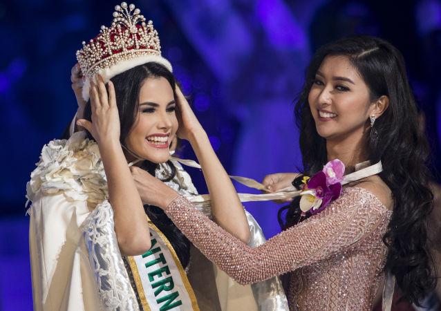 """Miss Wenezueli Mariem Claret Garcia odbiera koronę zwyciężczyni konkursu piękności """"Miss International – 2018"""" od zwyciężczyni 2017 roku Kevin Liliany w Tokio, Japonia"""