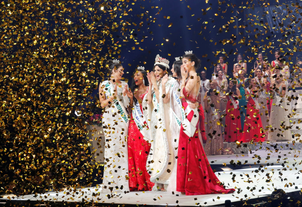 """Zwyciężczyni konkursu piękności """"Miss International – 2018"""" Mariem Claret Velazco Garcia z Wenezueli w otoczeniu rywalek"""
