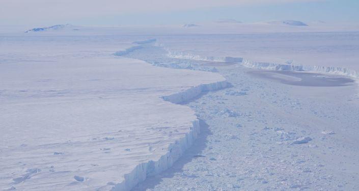 Specjaliści NASA odkryli na Antarktydzie gigantyczną górę lodową, trzy razy większą niż Manhattan