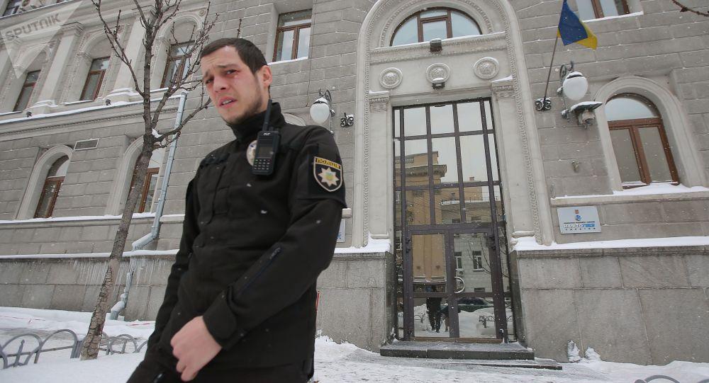 Funkcjonariusz policji przed budynkiem spółki Naftohaz Ukrainy