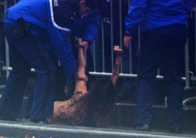 Aktywistka Femen rzuciła się pod koła limuzyny Trumpa