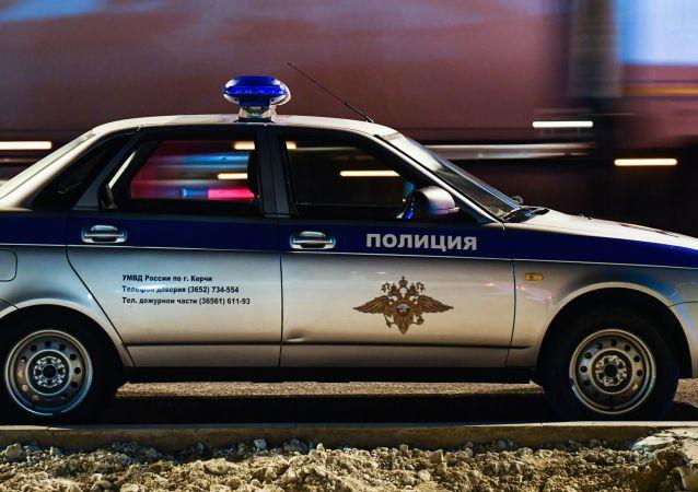 Radiowóz policyjny przy wjeździe na Most Krymski