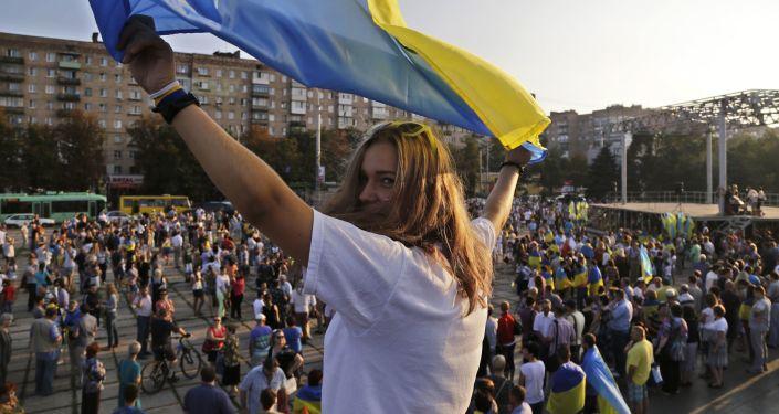 Dziewczyna z ukraińską flagą na antywojennym wiecu w Mariupolu