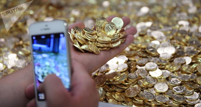 Monety o wartości 10 rubli na linii produkcyjnej w Moskiewskiej Mennicy