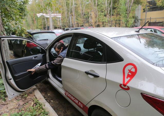 Kierowca wchodzi do samochodu serwisu carsharing Anytime