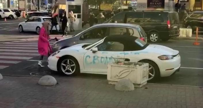 Blondynka z siekierą kontra Porsche (