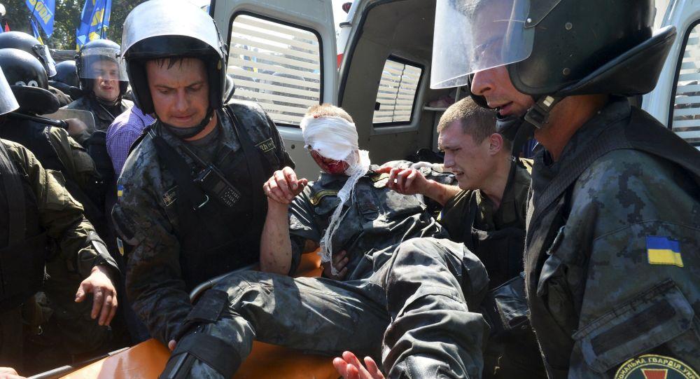 Pracownicy milicji ewakuują poszkodowanych po starciach z protestującymi w Kijowie