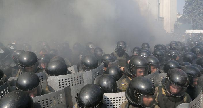 Starcia między milicją a protestującymi w pobliżu Rady Najwyższej w Kijowie