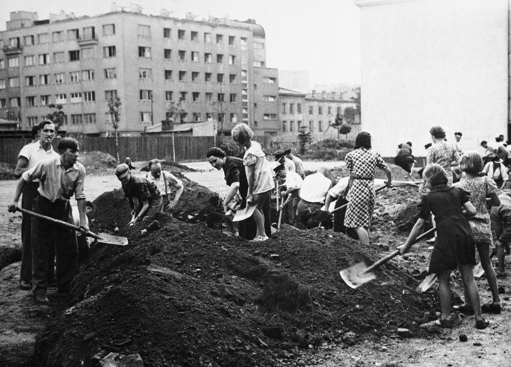 Mieszkańcy Warszawy robią transzeje podczas II Wojny Światowej
