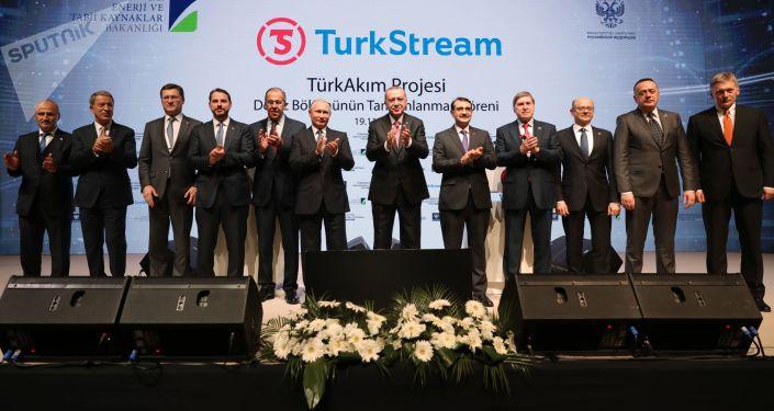"""Prezydent Rosji Władimir Putin i prezydent Turcji Recep Tayyip Erdogan podczas uroczystości zakończenia budowy morskiego odcinka gazociągu """"Turecki Potok"""""""