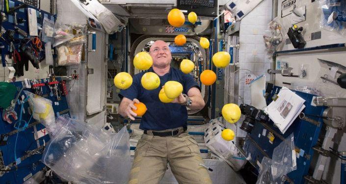 Kosmonauta Scott Kelly żongluje owocami w stanie nieważkości