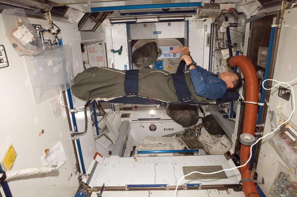 Włoski kosmonauta Paolo Nespoli śpi na pokładzie MSK