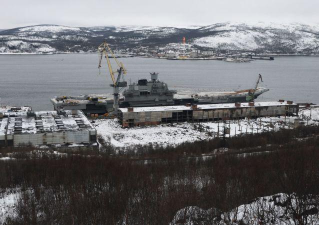 Lotniskowiec Admirał Kuzniecow przy stoczni w obwodzie murmańskim
