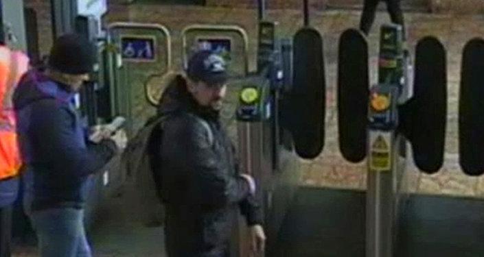 Aleksander Petrow i Rusłan Boszyrow wchodzą na stację Salisbury na nagraniu opublikowanym przez brytyjską policję