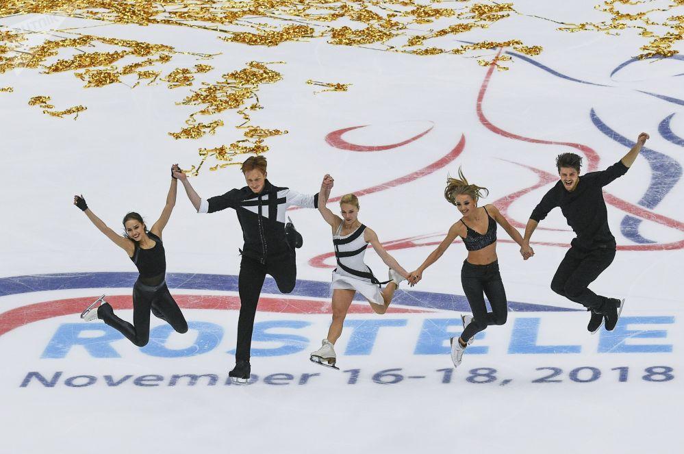 Rosyjscy łyżwiarze figurowi Alina Zagitowa, Jewgienija Tarasowa, Władimir Morozow, Aleksandra Stepanowa i Iwan Bukin podczas pokazu V etapu Grand Prix w łyżwiarstwie figurowym w Moskwie