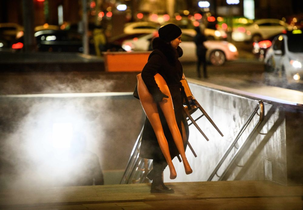 Kobieta wynosi dolną część manekina z przejścia podziemnego w Moskwie