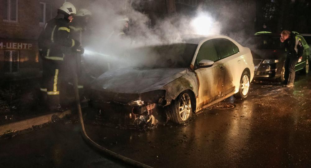 Gaszenie płonącego samochodu pod ambasadą Rosji w Kijowie
