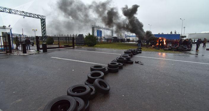 Właściciele samochodów z europejskimi tablicami rejestracyjnymi blokują ukraińsko-polskie przejścia graniczne