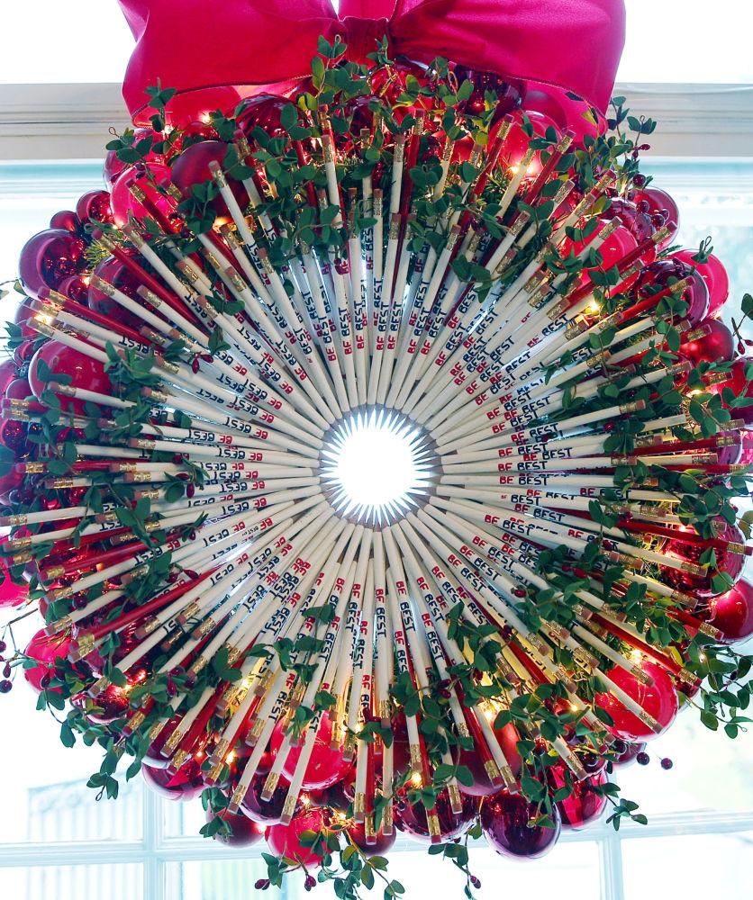 Świąteczny wieniec z ołówków na oknie Czerwonego Pokoju Białego Domu w Waszyngtonie