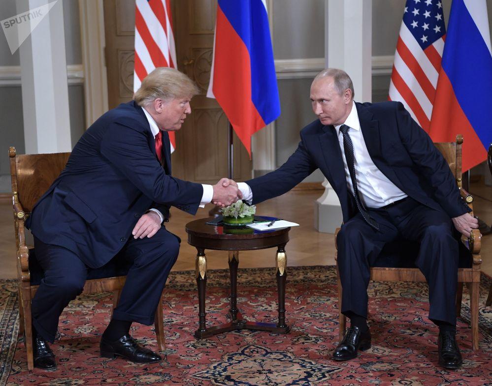 Władimir Putin i Donald Trump podczas spotkania w Pałacu Prezydenckim w Helsinkach