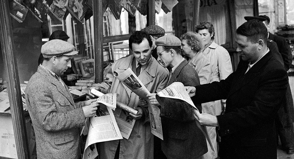 Mieszkańcy Moskwy czytają gazety